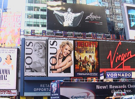 Esitysten mainoksia New Yorkin Broadwaylla.