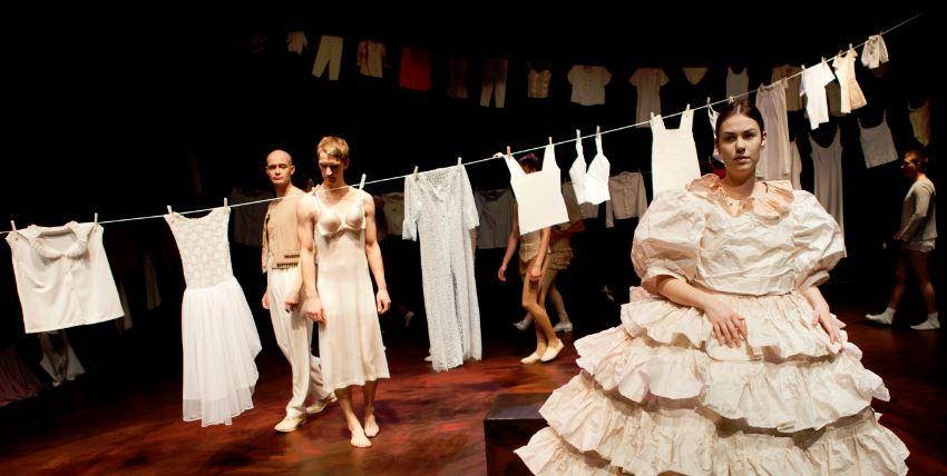 teatterikorkeakoulu esitys nainen pyykkiä mies